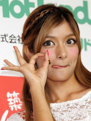 Instagramフォロワー数、日本2位!勢いがすごいローラのYoutubeチャンネルに関する画像